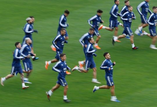 El centro argentino Angel Di Maria corre con sus compañeros de equipo durante una sesión de entrenamiento en el estadio Pacaembu en Sao Paulo, Brasil, el viernes 5 de julio de 2019. Argentina enfrentará a Chile por su tercer partido de fútbol de la Copa América el 6 de julio.