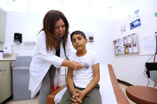 06/03/19/LOS ANGELES/Doctor Deisy Mendez examines 7 year old Jayden Gonzalez during his visit to Clinica Msr. Oscar Romero in Los Angeles (Aurelia Ventura/La Opinion)
