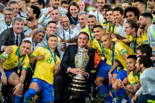Hasta el presidente de Brasil Jair Bolsonaro festejó el triunfo con los jugadores.