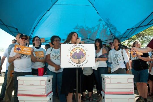 """La directora de la campaña """"Familias Libres y Seguras de Tucson"""", Zaira E. Livier (c), habla durante una conferencia de prensa"""