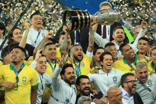Los jugadores de Brasil celebran su conquista en Copa América.