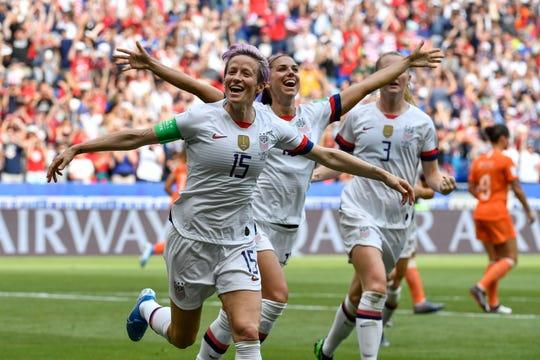 Las jugadoras de Estados Unidos celebran tras anotarle a Holanda en la final.