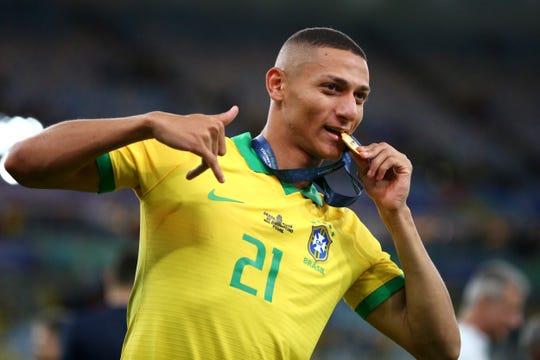 Richarlison, jugador de Brasil, celebra el triunfo.