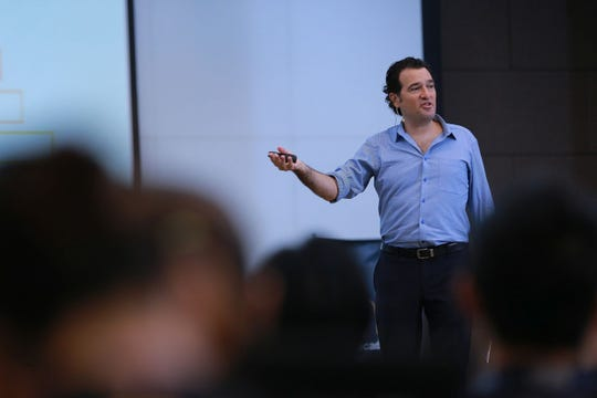 Daniel Levine speaks about workplace trends in keynote speeches. He is director of The Avant-Guide Institute in New York City.