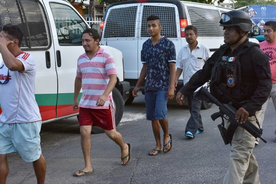 Guardia Nacional de México detiene a 61 migrantes centroamericanos en Cancún.
