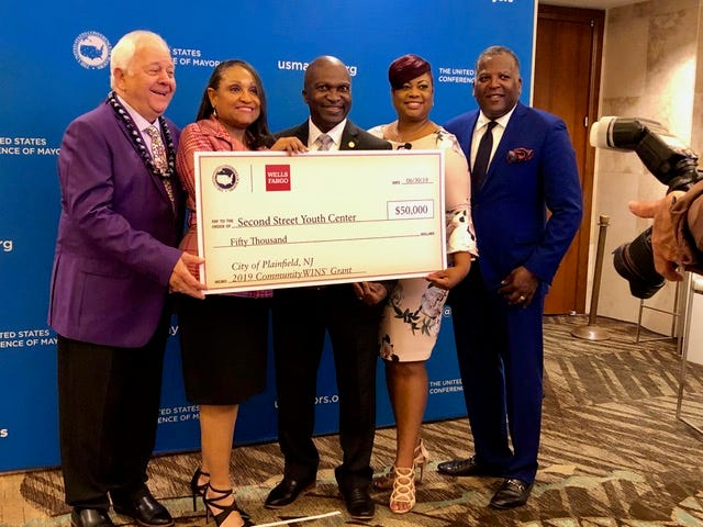 (Left to right)Tom Cochran, CEO & executive director ofUSCM;Connie Wright, Wells Fargo representative;Mayor Adrian O. Mapp;Leah Dade, executive director, South Second Street Youth Center; andSteve Benjamin, 76th president of the USCM.