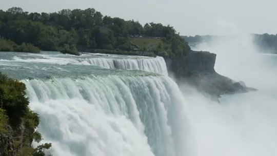 Man goes over Niagara Falls, survives with 'non-life threatening' injuries