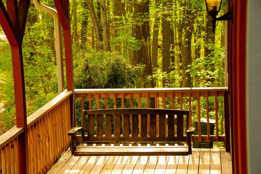 This treetop lodge in Nashville, Indiana gives you a stunning view of Brown County's gorgeous greenery.