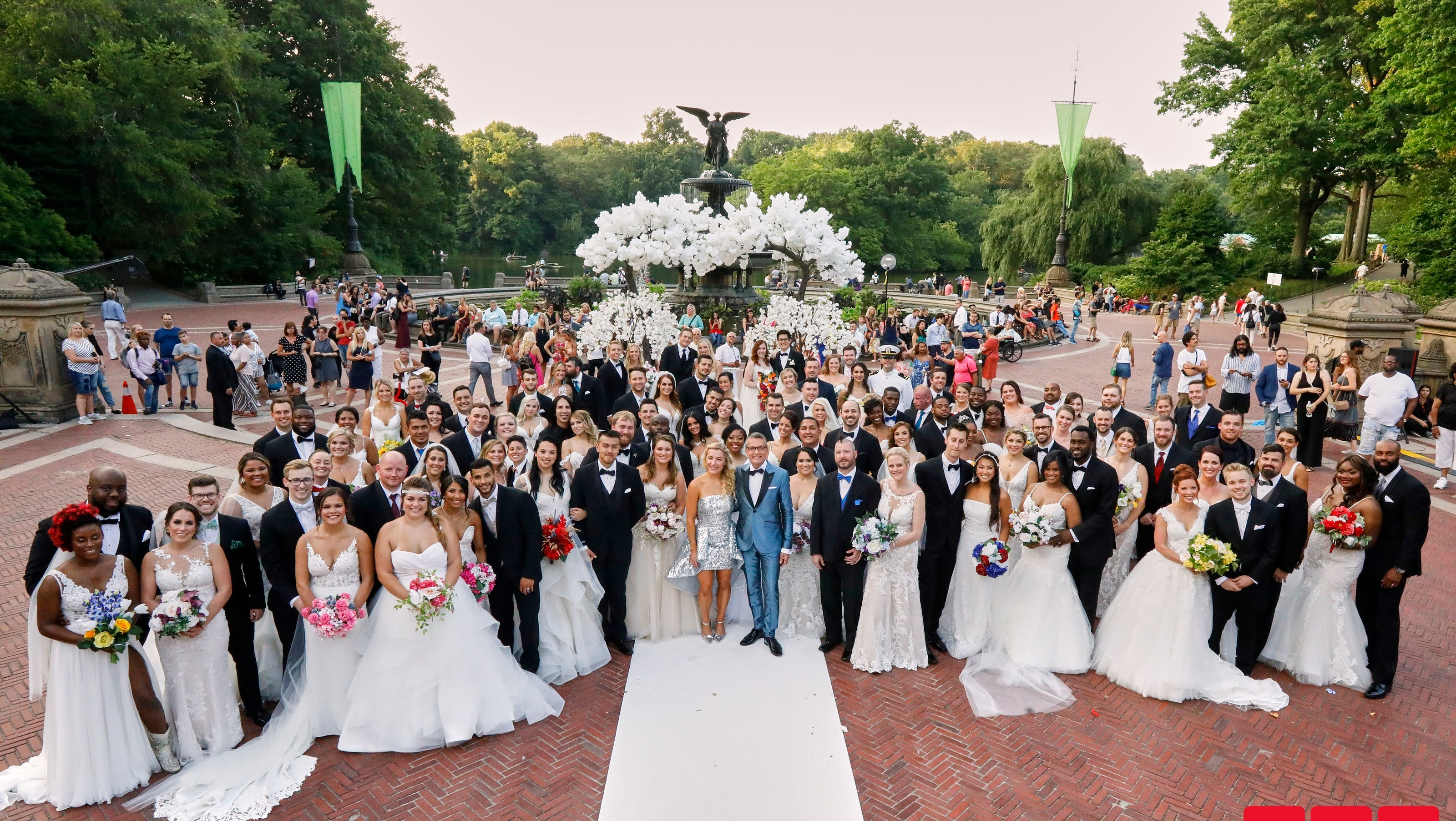 Say Yes To The Dress Marries 52 Couples At Once In Central Park