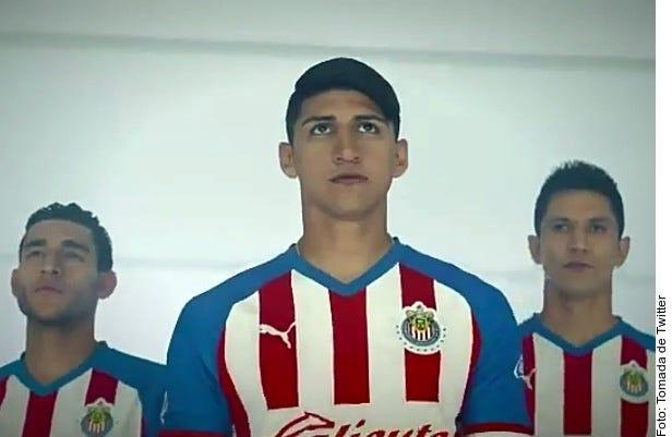 Mediante un video en el que aparecen jugadores del plantel varonil y femenil, Chivas presentó su nueva indumentaria.