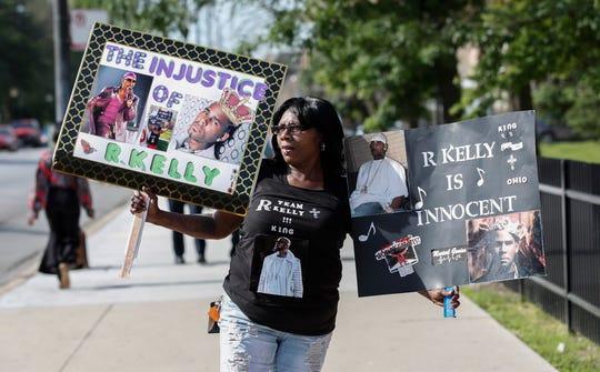 Familiares y fans de R. Kelly lo apoyan afuera de la Corte.