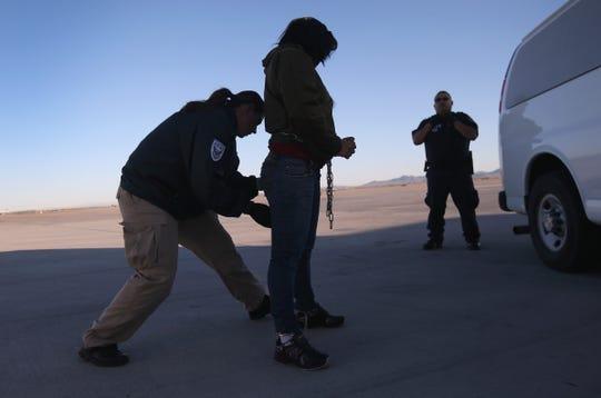 Una mujer inmigrante es arrestada por una agente de ICE.