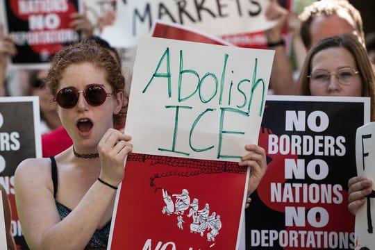 Gente en Nueva York protesta contra ICE.