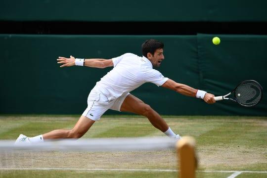 Novak Djokovic en acción durante la final de Wimbledon.