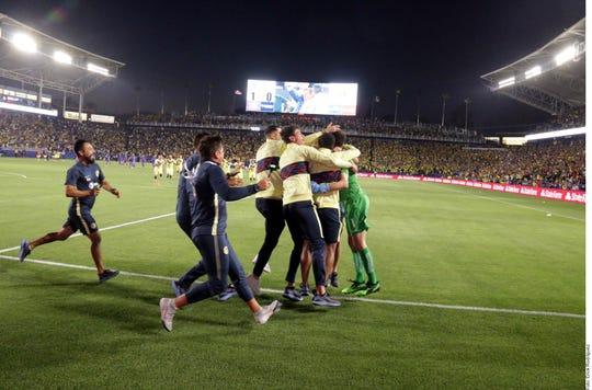 Jugadores y cuerpo técnico celebran tras coronarse campeón de campeones.