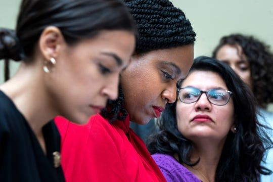 (De izq. a der.) Alexandria Ocasio -Cortez, Ayanna Pressley y Rashida Tlaib, ldegisladoras.