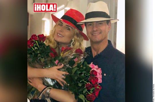 El ex Presidente Peña Nieto regaló flores a su novia Tania Ruiz al salir de un restaurante en España, según Hola.