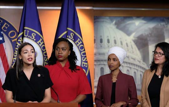 Las representantes Alexandria Ocasio-Cortez (D-NY), Ayanna Pressley (D-MA), Ilhan Omar (D-MN), y Rashida Tlaib (D-MI), durante una rueda de prensa en el Capitolio Federal el 15 de julio, 2019.