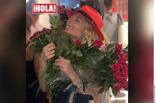 Tania Ruiz con las rosas que le regaló su novio EPN, según la revista Hola.