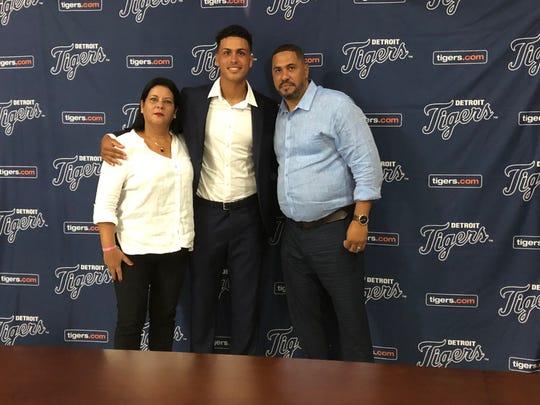 Detroit Tigers signee Roberto Campos, center.