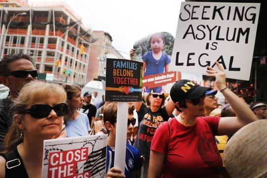 Cientos de personas participan en una protesta contra las medidas migratorias de Trump en N.Y.