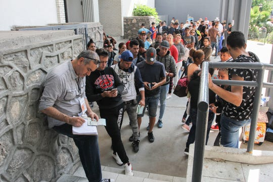 Migrantes que buscan asilo esperan turno para una cita con autoridades estadounidenses en Cd. Juárez, Chihuahua.