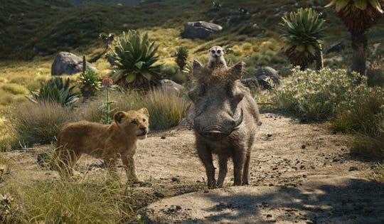 """Fotografía cedida por Disney Enterprises donde aparece el joven león Simba (i), el suricata Timón (arriba) y el jabalí Pumba (d), durante una escena de la película """"El rey león"""" que llega a las salas de cine este fin de semana como uno de los estrenos cinematográficos más esperados de la temporada."""