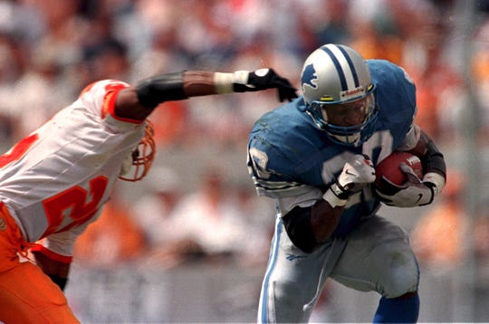 Lions' Barry Sanders ducks his shoulder and avoids the grasp of Tampa Bay's Melvin Johnson in Tampa, Fla.
