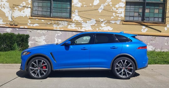 With it longitudinal front-engine, and rear-drive-based AWD drivetrain, the 2019 Jaguar F-Pace SVR sports nice proportions.