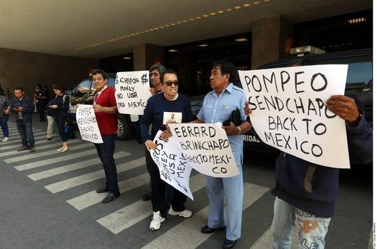 Gente protesta afuera de la reunión entre Mike Pompeo y Marcelo Ebrard.