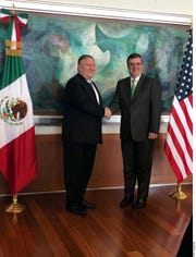 Los cancilleres de EEUU y México, Mike Pompeo y Marcelo Ebrard, estrechan manos.