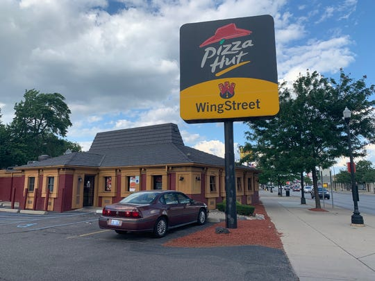 Just shy off of Michigan Avenue, this Pizza Hut is still striving. Captured on July 11.