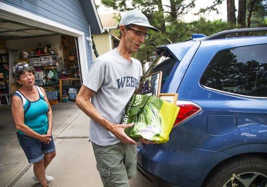Residentes de la comunidad Valley Crest Estates empacan tras recibir una orden de pre-evacuación por parte de las autoridades.