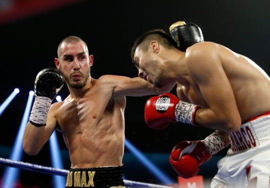 Maxim Dadashev (izq.) de rusia, durante su pelea ante Antonio DeMarco.
