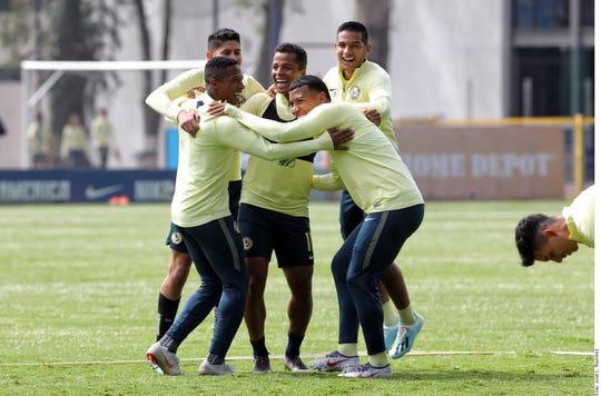 Giovani Dos Santos (centro) es muy querido en su equipo.