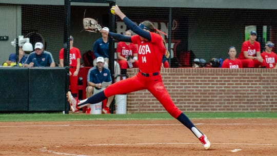 La lanzadora de sóftbol estadounidense Monica Abbott juega contra Scrap Yard Fast Pitch en el Yvette Girouard Field de Lamson Park, el martes 23 de julio de 2019.