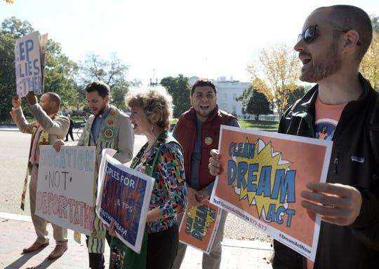 Beneficiarios del programa de DACA sostienen carteles a favor del proyecto Dream Act durante una manifestación frente a la Casa Blanca en Washington.