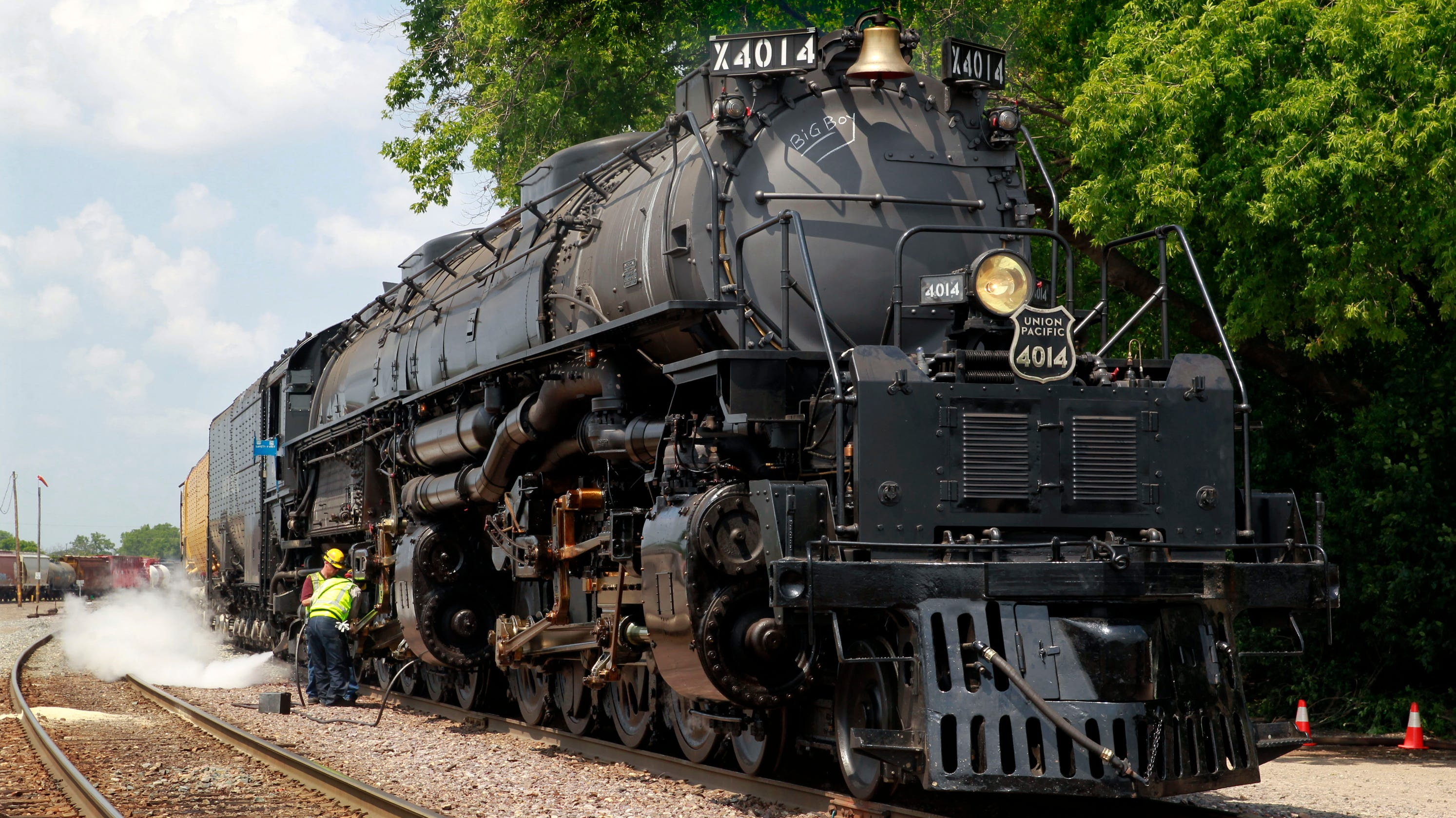 Train enthusiasts gather to see restored Big Boy No. 4014 ...