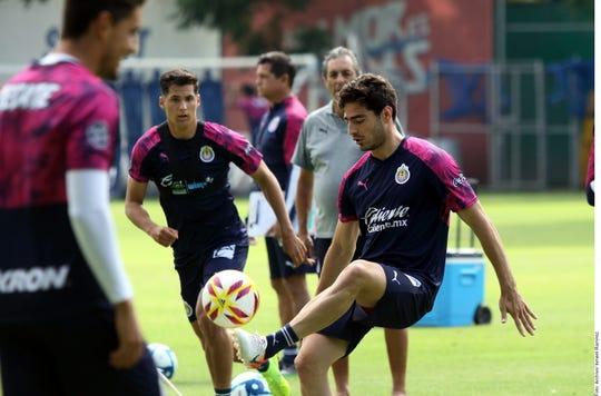 Jugadores de Chivas entrenan bajo la supervisión del D.T. Tomás Boy.