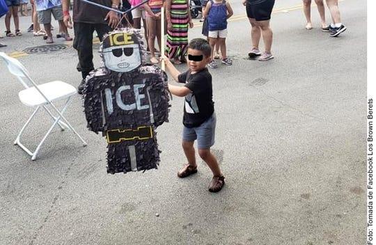 Niños y adultos golpearon una piñata con forma de oficial de ICE durante el evento de una cámara de comercio en Chicago.