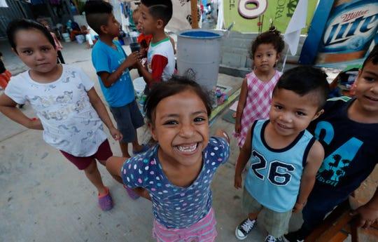 Niños migrantes sonríen en un albergue ubicado en Nuevo Laredo, México.