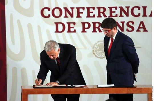 El Presidente (izq.) firmó el documento en Palacio Nacional, durante su conferencia mañanera del jueves.