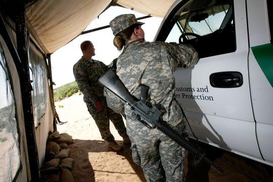 Funcionarios de la Patrulla Fronteriza afirman que las redes de contrabando de personas buscan atraer a efectivos militares, policías, agentes de la Patrulla Fronteriza y otros para que les sirvan de choferes.