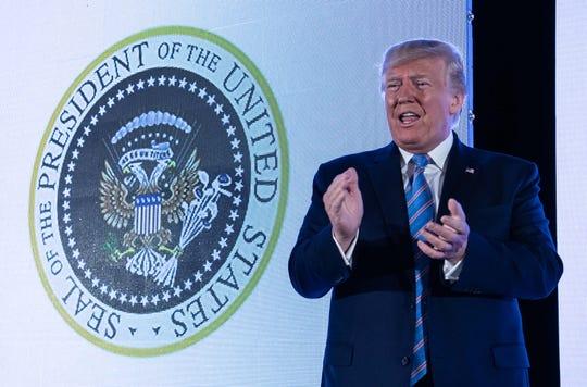 Trump junto al sello presidencial alterado.