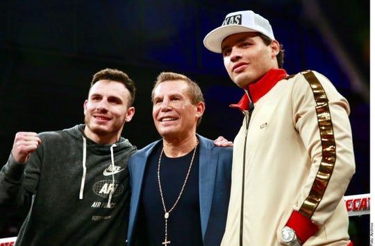 La leyenda del boxeo Julio César Chávez (centro), al lado de sus hijos Omar y Julio.