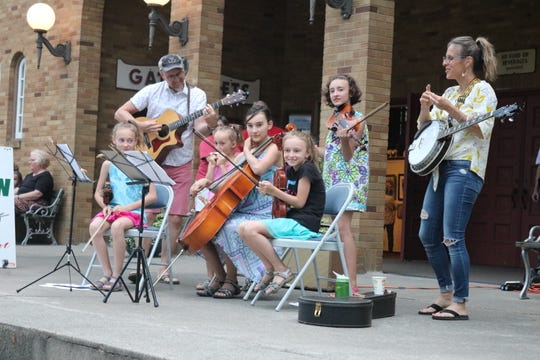 Kurt and Beth Maechner, along with their five daughters, played some of their family's favorite classic folk songs together atop the steps just outside the Hoover Auditorium.
