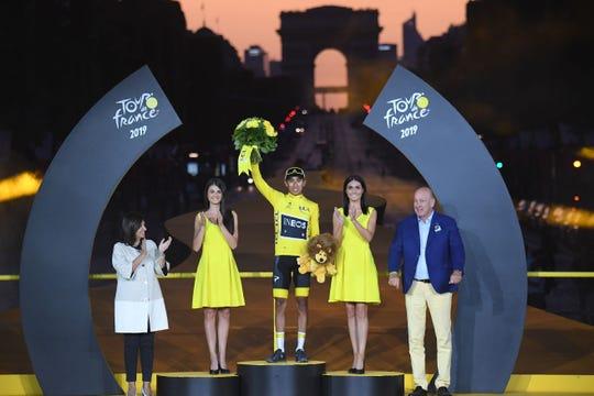 El colombiano Egan Bernal celebra su victoria.