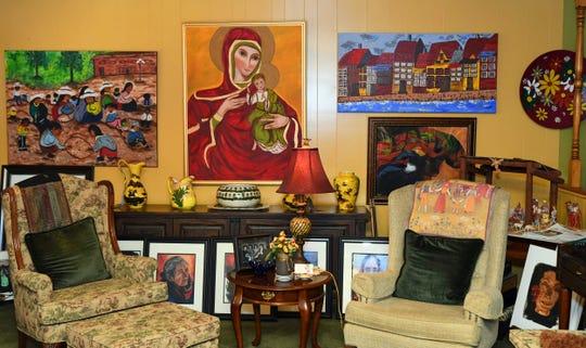 La sala de estar de Mary Lou Salazar es una exhibición de su arte.