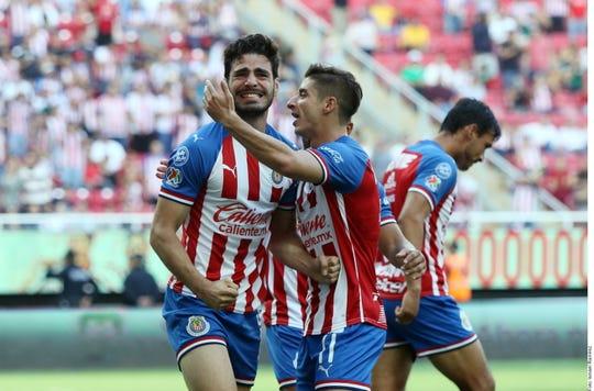 Jugadores de Chivas celebran el tanto ante Tigres.