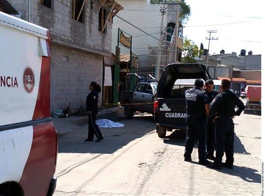 Según reportes preliminares, un hombre, de entre 45 y 50 años, se encontraba en la segunda planta de la construcción para cimentar una marquesina, en Ecatepec, Estado de México, cuando se electrocutó.